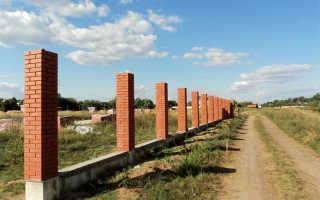 Заборы с кирпичными столбами (66 фото): конструкции на ленточном фундаменте