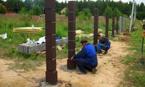 Установка столбов для забора: расстояние между бетонными столбами