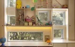 Шкафы вокруг окна (27 фото): варианты в интерьере комнаты со столом