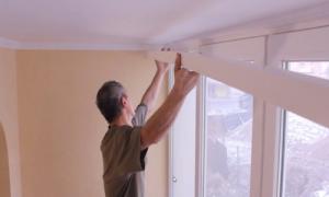 Как повесить карниз для штор на стену: как прикрепить и установить кронштейны, как правильно вешать пластиковый и деревянный вариант