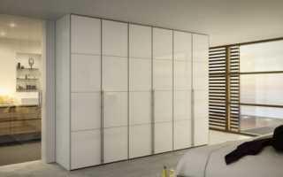 Распашной шкаф в спальне (24 фото): варианты с распашными дверьми